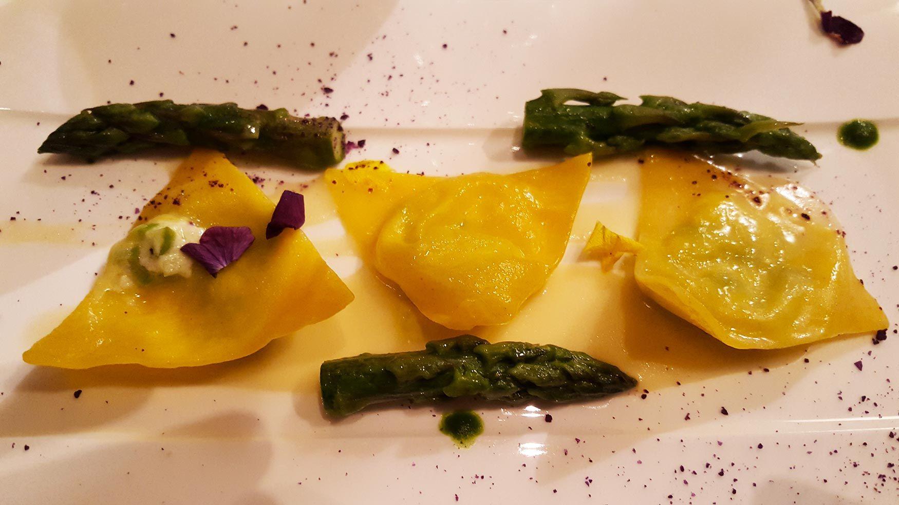 Restaurant Arté al Lago - Dreiecke von Spargel- und Frischkäseteigtaschen mit Zitronensauce