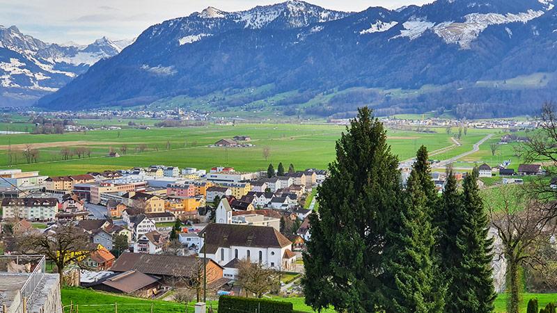 Blick vom Hügel Buchberg (Kraftort) auf Tuggen und die Linthebene.